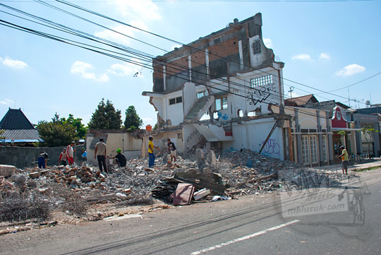 pekerja membongkar paksa bangunan toko suvenir di halaman selatan kompleks kepatihan danurejan