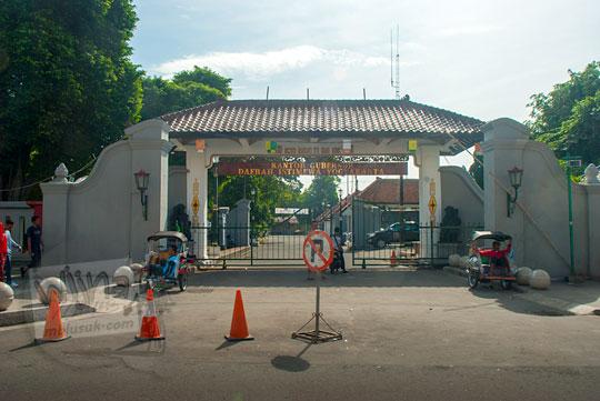 pintu masuk gerbang barat kompleks kepatihan kantor gurbenur yogyakarta yang tembus jalan malioboro