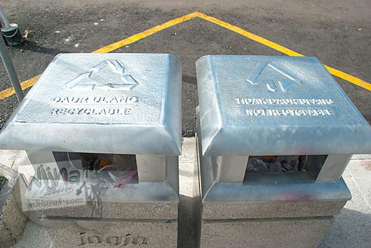 tempat sampah indah di jalan suryatmajan hasil proyek revitalisasi taman kompleks kepatihan danurejan yogyakarta