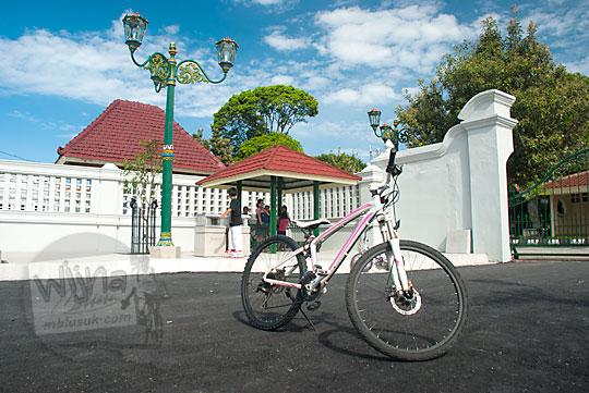 foto sepeda gunung di jalan taman halaman selatan kompleks kepatihan danurejan