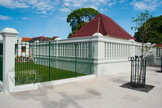 tembok tinggi besar menutupi makam kyai tangkil di sebelah taman kompleks kepatihan danurejan