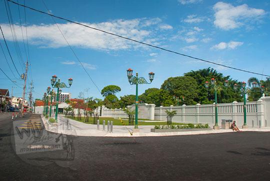 lokasi parkir kendaraan mobil dan bus pengunjung yang ingin berwisata mengunjungi di taman baru halaman kompleks kepatihan kantor gubernur yogyakarta
