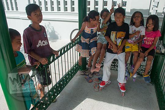 anak-anak kampung suryatmajan sedang berkumpul duduk ngobrol di taman halaman selatan kompleks kepatihan yang baru