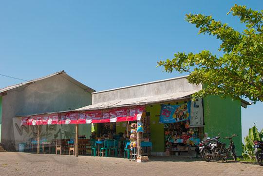 foto bangunan warung embung tonogoro banjaroya di kalibawang kulon progo
