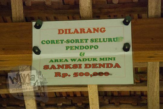 foto kertas peringatan sanksi denda pendopo embung banjaroya di kalibawang kulon progo