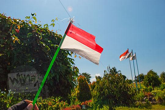 bendera merah putih embung mini banjaroya di kalibawang kulon progo