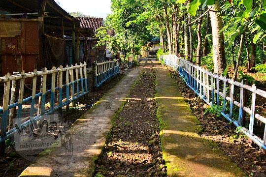 suasana kondisi jalan desa menuju ke Bukit Turunan di Girisuko Panggang Gunungkidul Yogyakarta pada zaman dulu Desember 2017