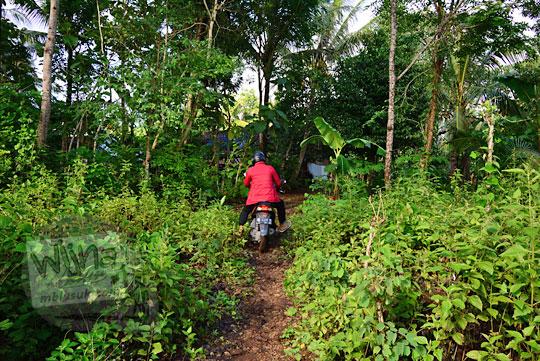 pengalaman naik sepeda motor melewati jalan tanah rusak ke Bukit Turunan di Girisuko Panggang Gunungkidul Yogyakarta pada zaman dulu Desember 2017