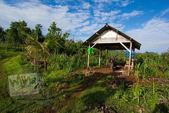 gubuk petani tempat parkir sepeda motor pengunjung Bukit Turunan di Girisuko Panggang Gunungkidul Yogyakarta pada zaman dulu Desember 2017
