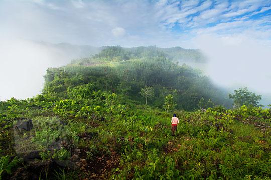 pemandangan indah seperti negeri di atas awan dari puncak Bukit Turunan di Girisuko Panggang Gunungkidul Yogyakarta pada zaman dulu Desember 2017