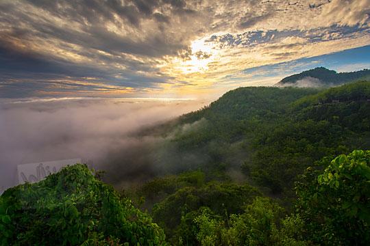 pemandangan sunrise fajar berbalut awan mendung dari puncak Bukit Turunan panggang Gunungkidul Yogyakarta pada zaman dulu Desember 2017