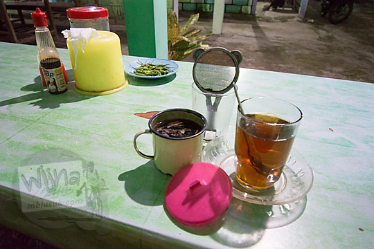 minuman tradisional teh tubruk yang bisa dijog sendiri di warung bakmi jawa colo kretek bantul yogyakarta pada tahun 2018