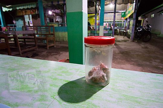 kacang goreng di dalam toples di warung bakmi jawa colo di desa donotirto kretek bantul yogyakarta pada tahun 2018