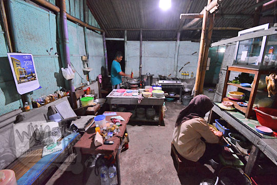 suasana dapur warung bakmi jawa colo di desa donotrito bantul yogyakarta pada tahun 2018