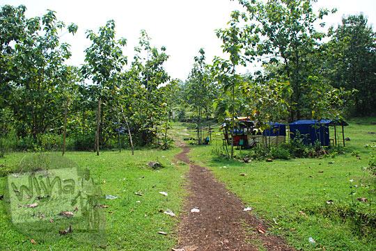 lapangan luas tempat banyak warung tenda dekat air terjun bangunsari semin candirejo gunungkidul