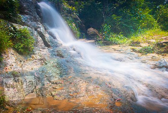 foto slow speed air terjun kecil di puncak curug bangunsari semin candirejo gunungkidul