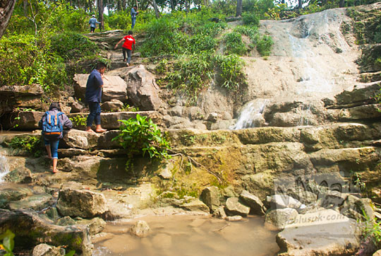 wisatawan mendaki curug bangunsari semin candirejo gunungkidul