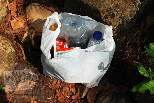 sampah kotor dikumpulkan di dalam tas plastik di sekitar curug bangunsari semin candirejo gunungkidul
