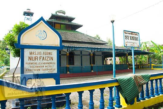 tampak luar lokasi alamat masjid nur faizin di kecamatan weru sukoharjo jawa tengah