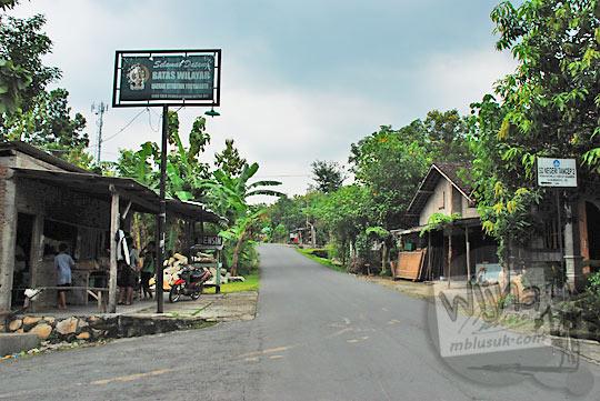 jalan kampung dengan papan batas provinsi yogyakarta klaten jawa tengah di daerah bayat gedangsari