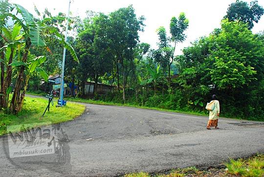 cabang jalan pertigaan dasar tanjakan cinomati di desa wonolelo pleret bantul