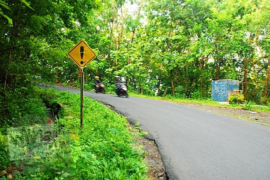 rambu jalan tanjakan terjal curam cinomati penghubung kecamatan pleret dan dlingo di bantul