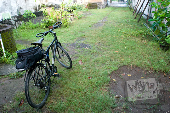 foto sepeda federal warna hitam di halaman rumah luas siap untuk dibawa touring