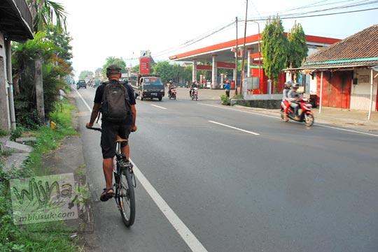 Bersepeda di jalan raya Yogyakarta - Wonosari Piyungan, Bantul sampai di km 12 di seberang spbu pom bensin buka 24 jam