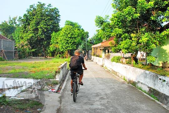 bersepeda santai di pagi hari di perkampungan di kecamatan Piyungan, Bantul dekat jalan raya Yogyakarta - Wonosari