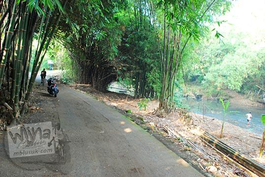 Jalan kampung di suatu desa di kecamatan Piyungan, Bantul yang menyusuri pinggir sungai