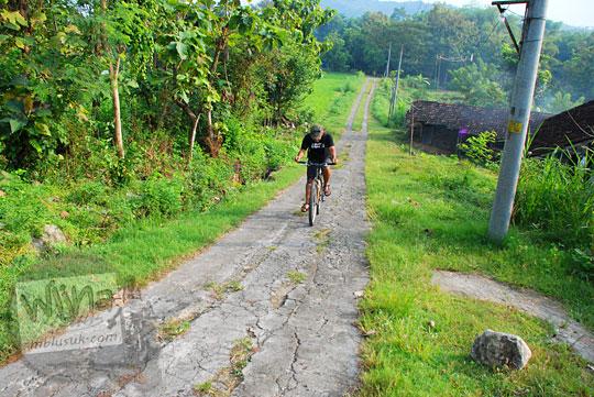 bersepeda lewat tanjakan pemandangan sawah di Piyungan, Bantul arah ke obyek wisata watu tompak