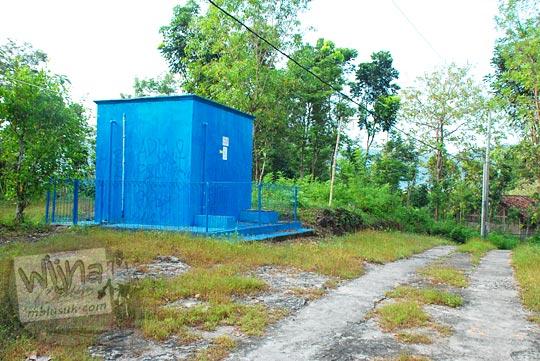 bak proyek bangunan penampungan air berwarna dicat biru di perbukitan Piyungan, Bantul