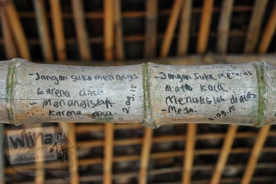 coretan nasihat patah hati yang ditulis di tiang bambu kandang ternak di suatu desa di lereng bukit Piyungan, Bantul