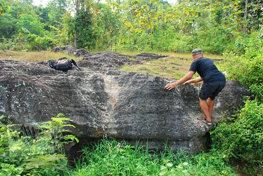 foto orang baju kaos hitam bernama Bayu Indratomo alias Ki Ageng Sekar Jagad pemilik Comel Cofee menuruni bukit di Piyungan, Bantul