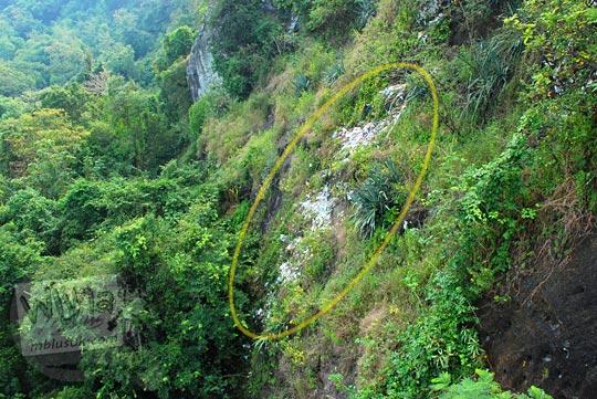 foto sampah-sampah plastik putih dibuang sembarangan di pinggir tebing di Piyungan, Bantul