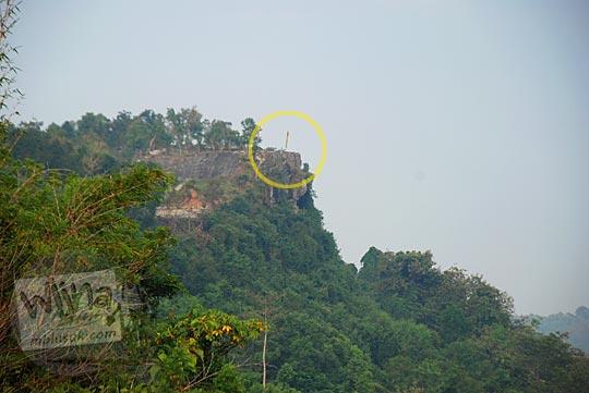 Situs obyek wisata watu tompak di perbukitan Piyungan, Bantul dilihat dari kejauhan