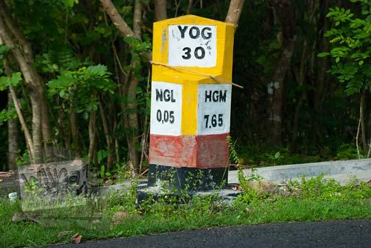 patok kilometer di pinggir jalan raya dari patuk ke desa hargomulyo gedangsari