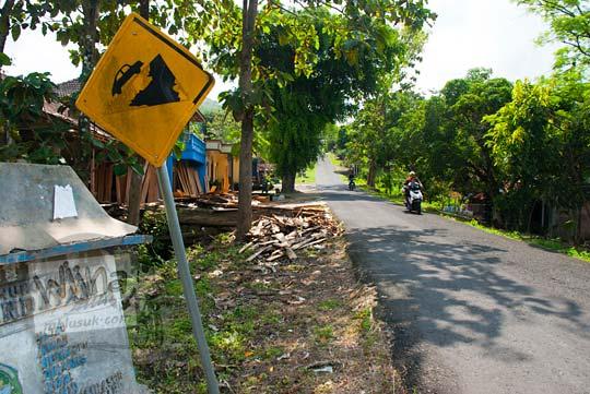 rambu tanjakan ekstrem di ruas jalanan menanjak dusun jambon desa hargomulyo gedangsari gunungkidul arah ke watu gajah