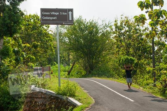 tanjakan panjang setelah papan petunjuk arah green village gedangsari gunungkidul menuju pertigaan turunan watu gajah