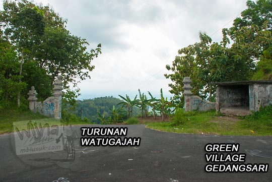 foto pertigaan ke turunan watu gajah tembus arah klaten dan cabang jalan ke green village gedangsari gunungkidul