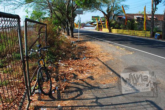 sepeda diparkir di pinggir jalan raya wonosari dekat lampu lalu lintas lapangan udara bandara gading