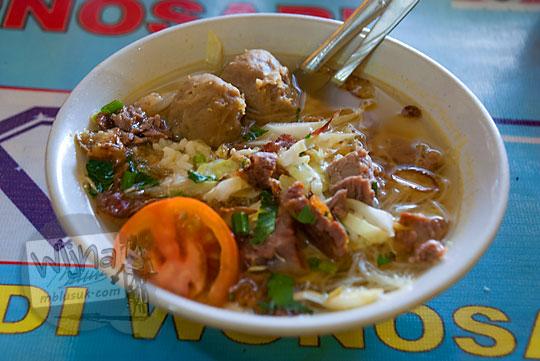 semangkuk soto dicampur bola bakso daging sapi enak gurih murah di warung pak wariyun seberang lokasi parkir mobil taman kuliner wonosari