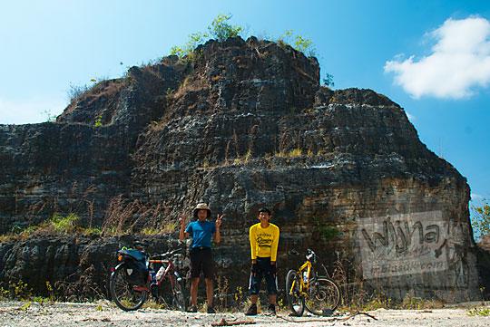 dua orang cowok pesepeda berfoto di lokasi tebing breksi bukit gamping yang fotogenik obyek wisata baru di desa bedoyo ponjong gunungkidul
