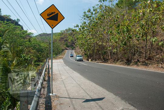 rambu lalu lintas tanjakan panjakan dari arah ke desa bedoyo ponjong dari desa semanu gunungkidul