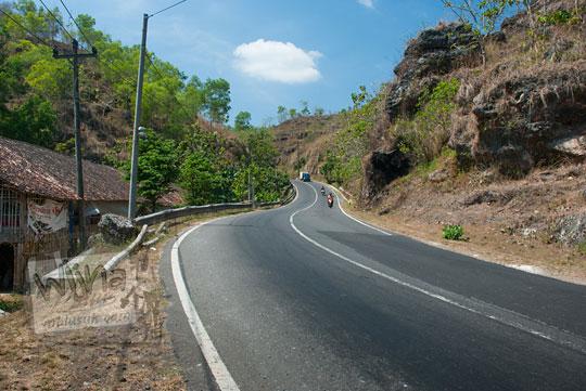 suasana pemandangan indah ruas jalan raya tanjakan yang meliuk berbatas pinggir tebing tinggi dari semanu ke arah ponjong gunungkidul