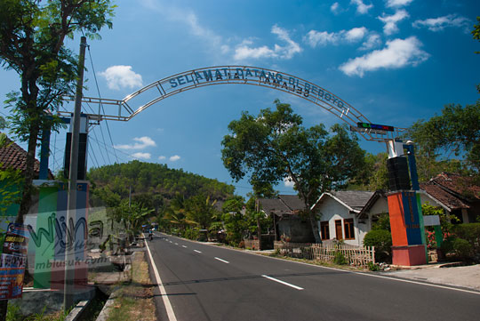 gapura selamat datang di desa bedoyo ponjong gunungkidul tengah jalan raya pada siang hari tahun 2017