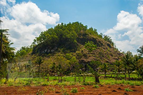 salah satu lokasi alamat tempat bukit gamping di desa kecamatan ponjong gunungkidul yang sering didaki wisatawan dan warga sekitar untuk berkemah sambil menikmati lautan bintang galaksi malam hari