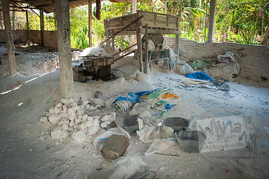 suasana bekas pabrik tambang batu putih di karangasem ponjong gunungkidul yang sudah terabaikan selama puluhan tahun banyak bubuk serbuk batu gamping