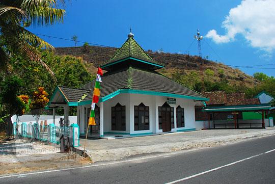 letak alamat penampakan tampilan depan masjid miftakhul firdaus di pinggir jalan raya desa bedoyo ponjong gunungkidul