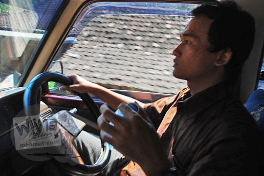 alumni teknik informatika kelas khusus angkatan 2010 deddy fajar setyawan asal boyolali sedang menyetir mengemudikan mobil kijang